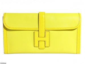 Mode-guide-shopping-tendance-look-jaune-pochette-hermes_gal.jpg