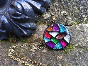 Collier rond en mosaïque de strass coloré