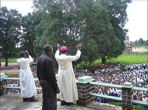 Mgr-Nicolas-DJOMO-aux-ecoliers-de-Tshumbe.jpg