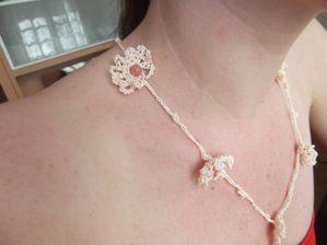 Collier au crochet perles petites roses en verre