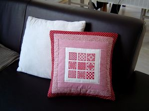 coussin brodé rouge