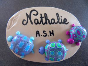 Badge fimo 3 tortues sur le sable empreinte coquillage NATHALIE