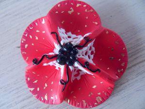 Broche fleur rouge fimo (ou accroche foulard)