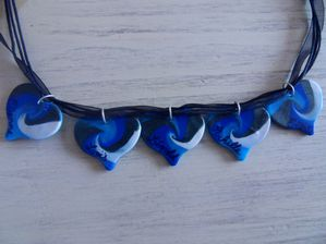 Collier 5 coeurs fimo avec prénoms en dégradé de bleu VERSO