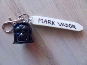 Porte clé thème Star wars fimo avec plaque phospho MARK VADOR + casque et sabre laser