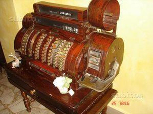 Uno strano sogno tra banconate in mezzo alle foglie secche e registratori di cassa di vecchio stampo