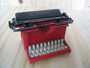 12.machine à coudre renigton rouge