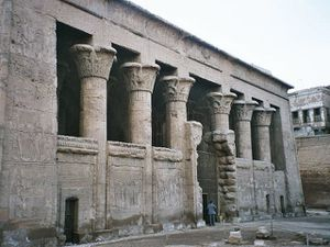 Egypt_Esna_Temple_wikipedia.jpg