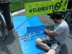 velorution-aout-2012-autopiste-cyclable-pochoir-en-constru.JPG