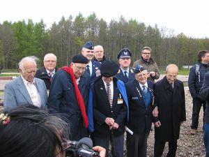 Prise de vue devant la plaque commémorative des aviateurs