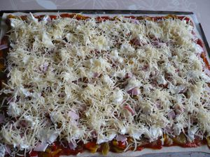 pizza poivrons, jambon, fromages