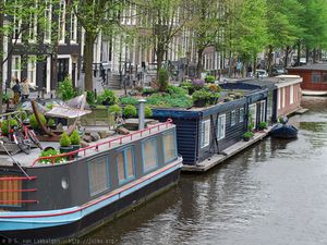 20060519-Amsterdam-green_houseboats_in_one_of_the_canals.jpg
