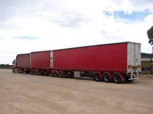 0108.Camion Road Train - Nullarbor Road