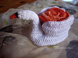 cygne-fleuri-crochet-decoration-table-cadeau.jpg