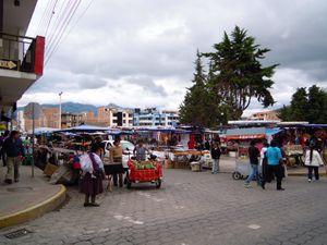 1--40--vue-generale-du-marche-des-tissus-Otavalo_-2580m.JPG