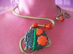 collier alu verte t orange (1)