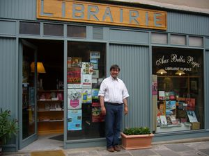 Daniel devant la librairie