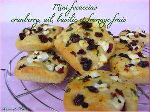 mini focaccias cranberry, ail, basilic et fromage frais