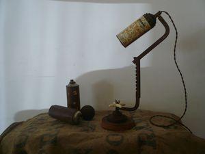 lampe récup, bombe peinture, scie à métaux, socle bois e