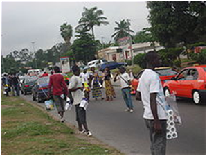 Jeunes déscolarisés et autres sans emploi, vendant divers