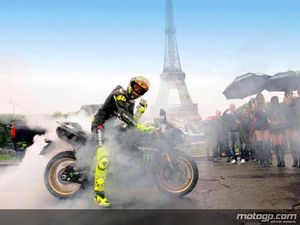 160509burn_out_sotto_la_torre_eiffel_per_rossi_01.jpg