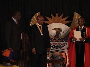 Le 27 avril dernier, Issa Hayatou, à gauche, a été décoré par Jacob Zuma, au centre, pour son implication dans le foot africain - Pierrick Lieben 2010