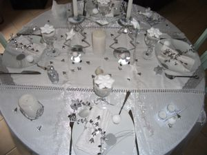 Table de no l en blanc et argent le blog de for Deco table argent et blanc