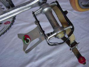 A pedale dessous