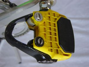 X pedale dessous