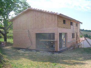 Maison ossature bois : bardage Douglas en cours