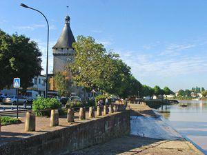 Libourne -Les- quais -et- la-Tour -du -Port- jpg