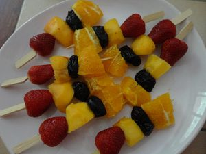 Brochettes de fruits sauce au chocolat fourchettes et pinceaux - Presentation de brochette de fruits ...