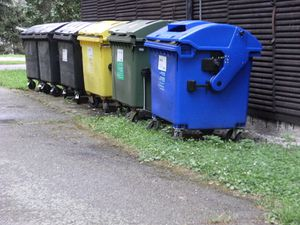 800px-Sorted_waste_containers-_-eske_Bud-jovice.JPG