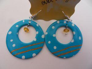 Boucles oreille fimo turquoise à pois blanc deux bandes or avec perle or au centre