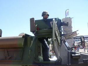 foire expo bordeaux 2012, Adnan à la tourelle d'un char d'assaut