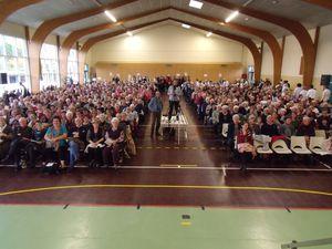 les 800 chaises étaient occupées....