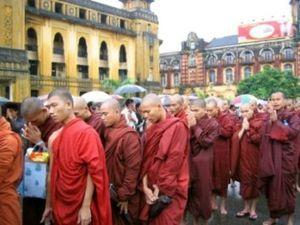 921044722-nouvelles-manifestations-de-moines-bouddhistes-au