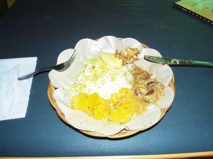 Repas local : riz, poulet au curry, légumes