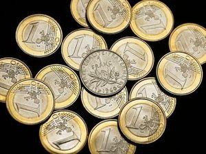 231301_des-pieces-en-euros-avec-au-centre-une-piece-d-un-fr.jpg