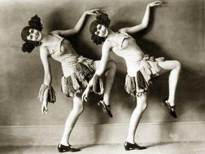 scherl-elca-sisters-in-berlin-1925.jpg