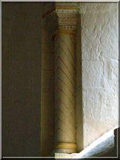 Colonne romane avec dessins géométriques