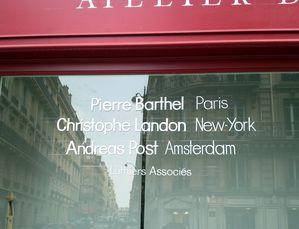lettres peintes sur vitrine : Atelier Pierre Barthel Luthier: