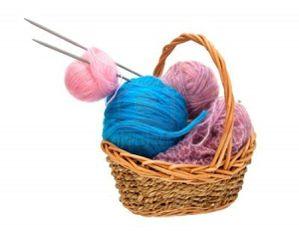 8854631-fil-a-tricoter-avec-des-aiguilles-a-tricoter-dans-u