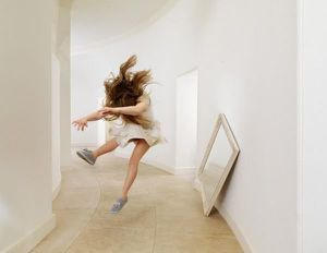 Julia-Fullerton-Batten-levitation-photos11.jpg
