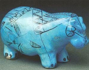 un des célèbres hippotames bleus à traits noirs - musée