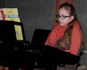 weihnachtsschuelerkonzert 06 Kim Schulz Keyboard