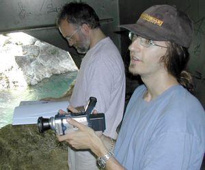 1) Outre la caméra, Marc Lahore a déjà la barbichette et la casquette, comme tout réalisateur qui se respecte