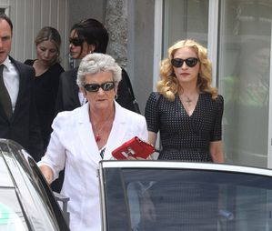 20130723-news-madonna-david-collins-funeral-monkst-copie-6.jpg