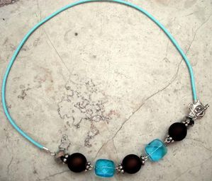 COLLIER-BOULES-MARRON-BLEU.jpg