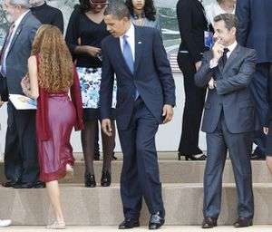 barack-obama-regarde-derriere-femme.jpg